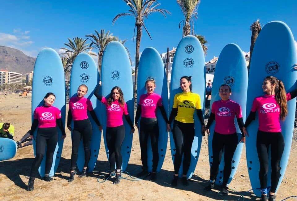 Fantástica foto de un grupo de amigas antes de entrar a surfear durante una clases de surf para grupos. K16 surf school Tenerife - Las Américas