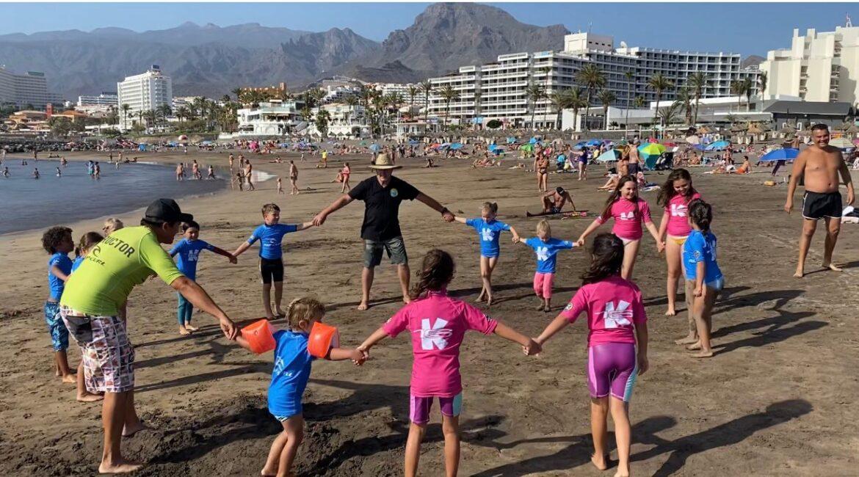 Foto de grupo de todos nuestros alumnos e instructores durante una sesión de La Peque School. Escuela de surf para niños menores de 8 años. ¡Surf es vida!