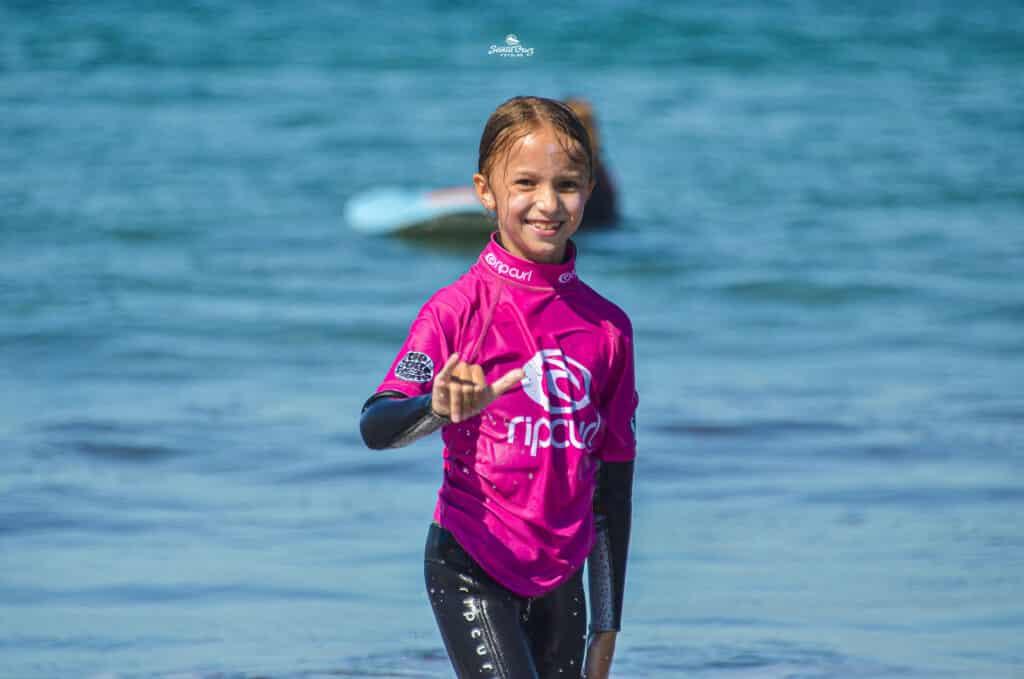 Alumna saliendo del agua durante nuestro campamento de verano de surf. K16 Surf School Tenerife - Las Américas