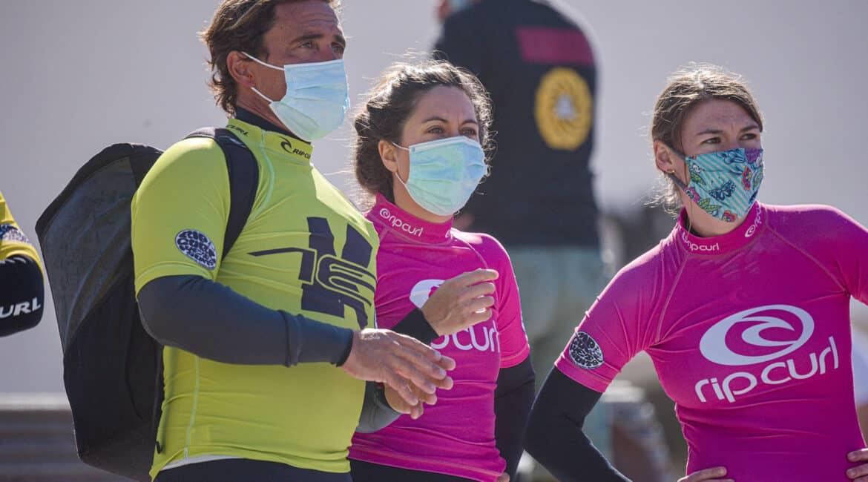 Foto de nuestro instructor explicando a sus alumnas la manera correcta de entrar y salir de la zona de olas durante una de sus clases privadas de surf. K16 surf school Tenerife - Las Américas