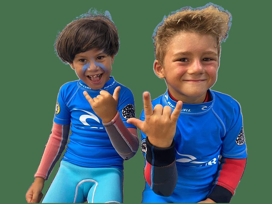 Divertida foto de dos de nuestros alumnos más talentosos del campamento de verano. K16 surf school Tenerife - Las Américas