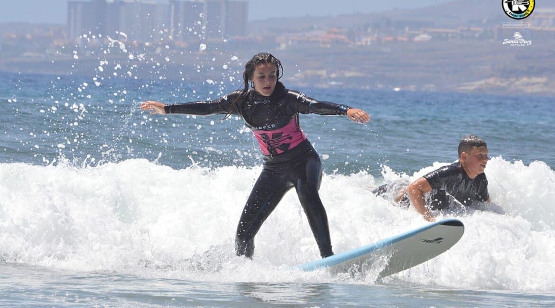 Alumna surfeando una ola durante una sesión de su curso completo de surf 5 días. K16 SurfSchool Tenerife - Las Américas