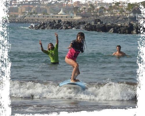 Foto de portada de una de nuestras más valientes alumnas surfeando una ola. No importa cual sea tu obstáculo, en K16 Surfschool te ayudamos a superarlo surfeando.