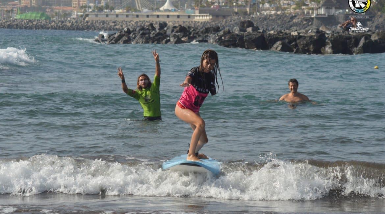 Foto de una de nuestras más valientes alumnas surfeando una ola en una de nuestras clases de surf adaptado.. No importa cual sea tu obstáculo, en K16 Surfschool te ayudamos a superarlo surfeando.